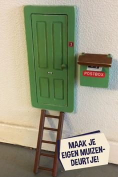 Weet jij eigenlijk waar de ingang van het Muizenhuis is? Bij jou in de kamer! Met dit schattige deurtje kunnen kinderen eindeloos wegdromen van de wereld achter de muur. Verf het deurtje en gebruik de printjes van het knipvelletje om je deurtje te versieren. Op welk nummer zouden muizen wonen? Plak het deurtje en de brievenbus op de plint en plaats het laddertje erbij. Wie weet hebben de muizen morgen wel post! Magnolia Stamps, Post Box, Diy Presents, Tiny Dolls, Diy Projects To Try, Toddler Activities, Cool Kids, Kids Room, Bedroom Decor