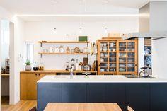 シンプルなインテリアにアクセントカラーをプラスした、人気の事例。 オーク(材・色)と白壁で統一した空間に、ブラックのキッチンでアクセントを加えました。アクセントのブラックは、マットな質感だと強すぎなくてイイ! オープンキッチンは片付けに注意です(笑 #オーク #ナラ材 #無垢材 #キッチン #収納 #飾り棚 #造作 #ペニンシュラキッチン #フラットキッチン #ブラック #黒#マット #設計事務所 #香川 #愛媛 #コラボハウス Divider, Kitchen Cabinets, Dining, Interior, Kazuya, Table, Room, House, Furniture