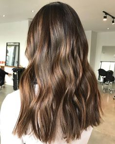 We've come across a brilliant shade for brunettes that gives incredible dimension and fresh life to a classic shade: cocoa butter hair color. Subtle Balayage Brunette, Balayage Long Hair, Brunette Hair, Ombre Hair, Wavy Hair, Blonde Hair, Global Hair Color, Honey Hair, Hair Highlights