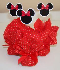 Trouxinha de bombom com lacinho e topper.  A padronagem do tecido é de acordo com o tema, podendo ser diferente da foto.    O prazo varia de acordo com a quantidade e necessidade. Minnie Mouse Birthday Decorations, Disney Christmas Decorations, Minnie Mouse First Birthday, Kids Birthday Themes, Mickey Party, Mickey Mouse Birthday, Minnie Y Mickey Mouse, Fiesta Mickey Mouse, Baby Mickey