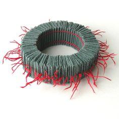Armband aus Papier, Baumwollfaden,  Einzelstück, 2012,  by Florence Jaquet Bijoux organiques