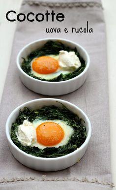 L'uovo perfetto: cocotte di uova e rucola