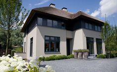 Grote moderne villa met moderne tuin.