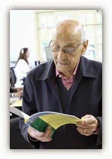 """No dia 25/09/13 recebemos na Biblioteca Cyro de Andrade da EEFEUSP a ilustre visita do Sr. Carlos Alves Seixas, de 98 anos. Ele é um dos formandos da primeira turma da Escola Superior de Agricultura """"Luiz de Queiroz"""" (ESALQ), após a incorporação à USP em 1934.    Leia mais em: http://rbefe.blogspot.com.br/2013/10/visita-ilustre.html"""