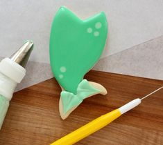 The EASIEST decorated mermaid tail cookies ever!  Great for beginners via Sweetsugarbelle.com