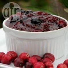 Cranberry Heidelbeer Sauce / Diese fruchtige Mischung aus frischen Cranberries und Heidelbeeren ist eine Variante von Cranberry Sauce, die in den USA zum Truthahn gegessen wird. Sie schmeckt auch zu anderen Hauptgerichten wie Braten. @ de.allrecipes.com