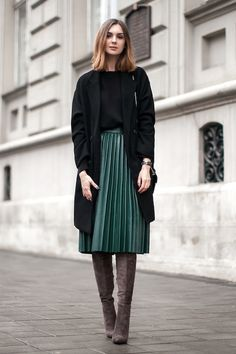 Green pleated skirt in midi length - Mode - Jupe Mode Outfits, Casual Outfits, Fashion Outfits, Casual Blazer, Casual Boots, Casual Wear, Skirt Fashion, Fall Outfits, Net Fashion