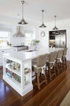 Soluzione con isola centrale che funziona anche da tavolo, tra le idee per arredare la cucina classica