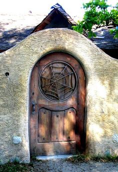 This could be another inspiration for the house door. I'm not 100 percent convinced it should have the spiderweb design, no worry though we still have time to think about it.
