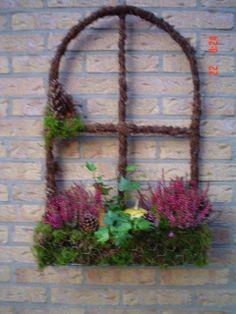 Frame met berkentakken  Bak van kippengaas met mos Garden Crafts, Garden Art, Willow Garden, Flower Center, Garden Fencing, Ikebana, Garden Furniture, Garden Inspiration, Grape Vines