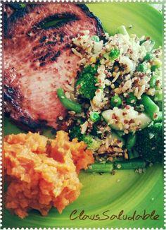 Aquí mi comida riquisima y llenita de salud!   Chuleta, puré de camote (preparado con aceite de coco, jugo de naranja y miel de abeja orgánicos) acompañado de un   combinado de quinoa, arroz integral, garbanzo y sésamo con brócoli, calabaza, chícharo y ejote. Aderezo de albahaca.  Mmmmmm!  :D  #Salud #Saludable  #ClausSaludable  #ComidaSana  #VidaSana  #Health #HealthCoach