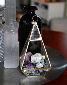 Terrarium - Peace Out - DIY wedding Terrarium succulentes Crystals In The Home, Diy Crystals, Crystals And Gemstones, Stones And Crystals, Crystal Terrarium Diy, Crystal Garden, Terrarium Wedding, Diy Terrarium, Crystal Room Decor