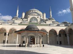 جامع تشامليجا(بالتركية:Çamlıca Camii)، يقع في منطقةأسكدارباسطنبول. هو أكبر مسجد في آسيا الصغرى. بدأ البناء في 29 مارس 2013م مع أعمال الحفر وتم افتتاحه في 1 يوليو 2016م . بدأت تركيامشروع بناء أكبر جامع في تاريخها، مع ملحقاته على مساحة 15000 م2، ويتكون من 10 مبانٍ مغلقة و 5 أماكن مفتوحة في فناء المسجد ومجموع مآذنه…اقرأ المزيد »جامع تشامليجا The post جامع تشامليجا appeared first on سافر الى تركيا. Turkey Travel, Taj Mahal, Building, Buildings