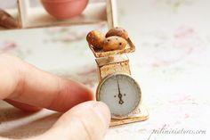 Dollhouse Miniatures, Miniature Food Jewelry, Craft Classes Miniture Dollhouse, Miniature Food, Dollhouse Miniatures, Air Dry Clay, Miniture Things, Vintage Kitchen, Scale, Crafts, Diorama