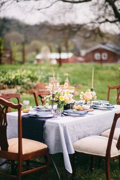 Dinner party Spotlight Series: The Farmers Florist - Fashionable Hostess Outdoor Dinner Parties, Outdoor Entertaining, Party Hacks, Party Ideas, Fashionable Hostess, Table Setting Inspiration, Party Entertainment, Festival Party, Event Decor
