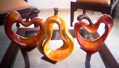 """Juego de manzanas y pera,con una mezcla de colores como el rojo, naranja, amarillo y marrón peluche, para darle movimiento y color a cada fruta, con terminación en barniz con brillo, que llena el espacio de color y luz. Dimensiones base 9"""" x altura 9.5"""" y 6.5"""" x 12"""" respectivamente. RD$ 2,400.00 Ceramica Exterior, Salt Dough, Paper Clay, Clay Crafts, Symbols, Decorated Boxes, Templates, Vases, Ornaments"""