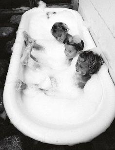 ↠ᴘɪɴ: @coeurdepasteque ↞ Citation Certains souvenirs d'enfance sont universels (photo Amber Mozo)