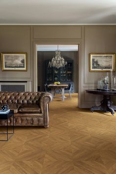 Quick-Step Laminate flooring - Impressive patterns 'Chevron Oak Brown' (IPA4162) in a classic living room. Click here to discover your favorite living room floor. #laminat #flooring #inspiration #interiordesign #oak #chevronflooring #herringboneflooring #floorpatterns