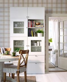 IKEA Österreich, Inspiration, Küche, Schubladenfront BESTÅ VARA, Tisch LIATORP, Teppich TÅRNBY, Stuhl INGOLF