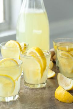 Honey Ginger Lemonade (With 8 Variations) - Fresh ginger add a unique kick to a warm weather classic in this easy homemade honey ginger lemonade. Fresh ginger add a unique kick to a warm weather classic in this easy homemade honey ginger lemonade. Easy Lemonade Recipe, Healthy Lemonade, Honey Lemonade, Healthy Drinks, Healthy Tips, Healthy Eating, Healthy Recipes, Ginger And Honey, Fresh Ginger