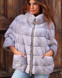 Шубы из норки в Италии Fur Fashion, Fashion 2017, Winter Fashion, Fashion Dresses, Womens Fashion, Shearling Jacket, Fur Coat, Coats For Women, Clothes For Women