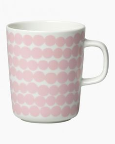 The pink and white Räsymatto mug is made of white stoneware that is dishwasher, oven, microwave and freezer safe. The Räsymatto (rag rug) pattern inspired by allotment gardening, is linked to topical themes like sustainable living and the joy