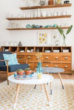 Wohnzimmer Deko im vintage Look mit 60er Jahre Sessel, Apothekerschrank und Dekoideen in frischen Farben