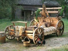 Unique beds handmade from real western wagons. Diy Lit, Log Bed, Country Bedding, Western Bedding, Western Bedrooms, Old Wagons, Log Furniture, Unusual Furniture, Western Homes