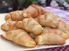 diana's cakes love: Cornuri fragede cu branza sarata Hot Dog Buns, Hot Dogs, Cheese Recipes, Pretzel Bites, Bread, Diana, Food, Sweet, Kitchens
