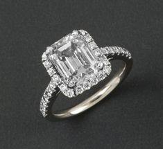 Bague en or gris orné d'un diamant de taille émeraude dans un entourage de diamants taillés en brillant. Poids du diamant: 4,02 cts Couleur: F. Blanc extra + Pureté: IF - Pur à la loupe X 10. Avec certificat… - Gros & Delettrez - 23/01/2015 #Bijou #Jewel #Luxe