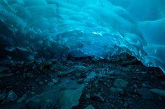Voici l'une des plus belles grottes du monde, elle se trouve sous le glacier Mendenhall en Alaska. De l'eau s'écoule sous la glace creusant ces tunnels bleus époustouflants.  ©  AER Wilmington DE - Flickr http://www.linternaute.com/