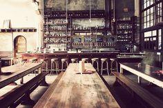 Bar interieur wood tables concrete walls Design Bar Restaurant, Brewery Design, Cafe Restaurant, Vintage Restaurant, Café Bar, Commercial Design, Commercial Interiors, Bares Y Pubs, Café Bistro
