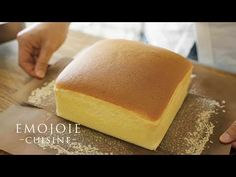 This Dialogue Free Taiwanese Castella Cake Recipe is a Perfect 10 Minute Break «TwistedSifter Square Cake Pans, Square Cakes, Castella Cake Recipe, Food Cakes, Cupcake Cakes, No Bake Desserts, Dessert Recipes, Bolo Chiffon, Cake Recept