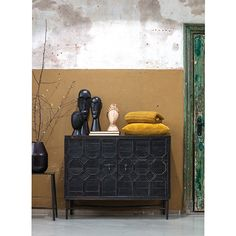 This beautiful cabinet Bequest of the brand BePureHome is a real eye-catcher. The Cabinet is made of old pine with an antique black finish, giving it a lived look. The doors are decorated with an oriental pattern in wood.