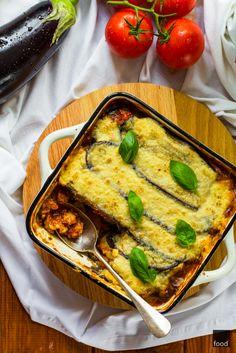 M usaka to pyszna grecka zapiekanka z bakłażanów i mielonego mięsa, pokryta solidną porcją beszamelu. W dużej mierze przypomina włoską l...
