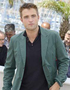 « The Rover », le film de l'Australien David Michôd va probablement marquer un nouveau tournant dans la carrière de Robert Pattinson. De plus en plus apprécié par la critique, Robert Pattinson est ce dimanche sous la lumière pour présenter « The Rover ». http://www.elle.fr/Cannes/News/Robert-Pattinson-pose-a-Cannes-pour-The-Rover