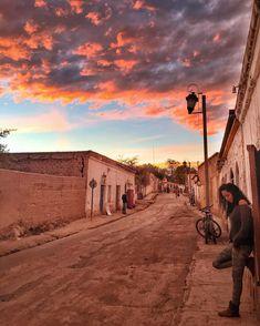 Estou morando em San Pedro de Atacama. 🚨 Para começar, não encontrei um amor e resolvi ficar por ele. Poderia ter sido, mas não foi. Na teoria, minha viagem finalizaria no final de junho e ainda me faltaria passar pelo norte da Argentina, mas eis que tudo mudou e ficarei no Chile uma temporada. O motivo? Uma proposta de trabalho como gestora de turismo em uma agência. Sou turismóloga e com a minha experiência atuando em vários setores do turismo consegui conciliar minha profissão com meu… Zion Road, San Peter, Desert Dream, Spa, Trekking, Peru, Places To See, Monument Valley, Travel Photography