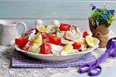 Салат с куриной грудкой, овощами и йогуртом.  Этот вкусный, сытный и полезный салат – полноценное блюдо. Хорошо подойдет и для ужина!  Вам потребуется:  филе куриное 400 г капуста китайская 200 г огурец 1 шт. перец сладкий 2 шт. йогурт 200 г масло оливковое 2 ст.л. помидоры 4 шт. яйца куриные 2 шт. соль по вкусу перец черный по вкусу  Как готовить:  1. Куриное филе нарезать на не слишком толстые кусочки (каждый весом примерно 100 г). Слегка отбить молоточком. Посолить и поперчить. Обжарить…