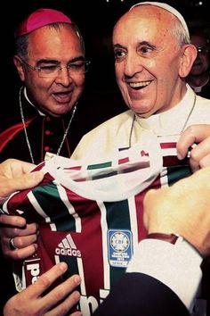 Papa Francisco recebe camisa do Fluminense. Ao fundo, o cardeal arcebispo do Rio Don Orani Tempesta Foto: Divulgação / Fluminense FC