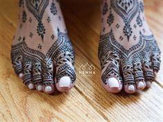 Tootsies from today's bridal henna. Darcy Vasudev/Henna Lounge. Repost with permission only. #henna #mehndi #desiwedding #oaklandhenna #gorimehndiwali #hennatattoo #bayareahenna #hennaloungemexico #bridalhenna #sfhenna #sanfranciscohenna #mehndimexico #mexicohenna #mehndirivieramaya #organichennamexico #islamujeres #beachhenna #yelapa #mehndiartist #hennaart #hennalounge #weddinghenna #dulhan #destinationwedding #beachwedding #bridaldreams #vines #wakeupandmakeup #weddingphotographer