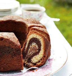 Kaunis tiikerikakku on monen kuivakakkusuosikki! Mehevän kakun tiikeriraidat syntyvät helposti kahdesta eri värisestä taikinasta. Valmista tämä perinteinen herkku kahvihetken iloksi!