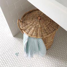¡CAMBIO DE TONO! En la reforma de este baño infantil @mariacalcetines quiso añadir un detalle especial en el pavimento. Partiendo de un suelo de mosaico blanco dibujó unos patrones geométricos en azul pastel, que posteriormente ejecutó con el servicio de customización #ArtFactoryHisbalit . Unas pequeñas flores en el mismo tono que el armario que incorporo en el rincón 😍😍😍 . 📸 REPOST: @mariacalcetines Laundry Basket, Wicker, Mosaic Floors, Organization, Flooring, Bathroom, Home Decor, Renovation, Small Flowers
