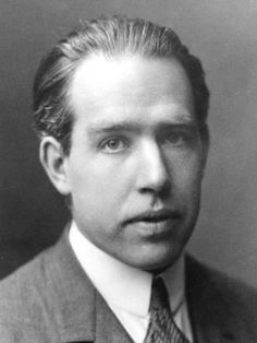0010 Niels Bohr Pipes, cigars, Nobel prize in physics, Pipes