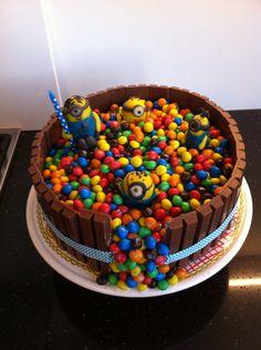Taart KitKat en m&m minion Minions, Baking Ideas, Desserts, Om, Birthday Cake, Cakes, Tailgate Desserts, Deserts, Birthday Cakes