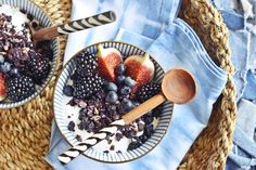 Sehr blau und sehr lecker! Blueberry Granola bzw. Blaubeeren Knuspermüsli selbermachen ist ganz easy peasy. Hier ist das Rezept!