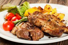A fokhagymás sült karaj a hétvégi ebédek nagy kedvence lesz.