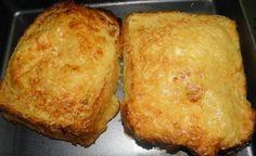 Výborný nápad na večeru z obyčajného staršieho chleba.Nejde však o obyčajný chlebíček vo vajíčku na aký ste zvyknutí. Vyskúšajte malé vylepšenia a uvidíte, že zachutí aj tým členom rodiny, ktorý nad obyčajným chlebom ohŕňajú nos. Ingrediencie (na dve porcie): 4 krajce staršieho chleba kyslú smotanu 2-3 strúčiky cesnaku 1-2 lyžičky horčice 2 vajíčka 2 plátky syra 2 plátky salámy soľ