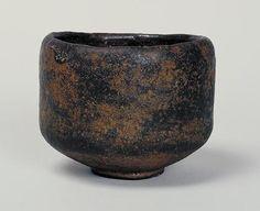 黒楽茶碗 銘「あやめ」 作者 長次郎 時代 桃山時代(16世紀後期) 黒楽茶碗 銘あやめ くろらくちゃわん めい あやめ 千利休の高弟南坊宗啓が著した『南方録』によると、天正15年(1587)五月中に利休は「茶碗 黒 渓蓀」を3回用いているが、本図の茶碗はそれにあたるものと推測されている。外箱蓋表に「あやめ 長次郎作 旦(花押)」、内箱蓋表に「長次郎焼…