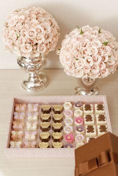Bouquets de mini rosas e uma bandeja de tecido estampado doAtelier Jeniffer Bresser com os doces mais lindosdoqueridoStefan Behar Sucre.Com