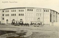 Plaza de Toros, construida en 1847, por el arquitecto alicantino Emilio Jover, también autor del Teatro Principal de Alicante y en 1884 fue reformada bajo las ordenes del arquitecto José Guardiola, que añadió una segunda planta al edificio con escaleras y accesos independientes adosados a la fachada exterior y varias dependencias anexas, que permitieron aumentar el aforo de la plaza a 15.000 espectadores